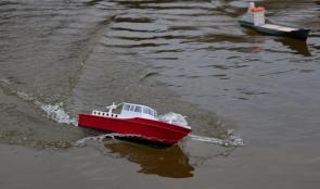 das frisch lackierte Boot zeigt beim Schaufahren im FEZ was es kann