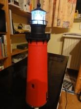 der Leuchturm ist mit Blinkfunktion ausgestattet und kann einfach in eines der Löcher gesteckt werden