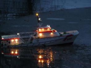 vorsichtige Eisbrechversuche auf der Wuhle scheitern schnell am geringen Gewicht des Schiffes