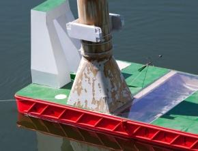 der Kreuzer zieht langsam an - der Haken verhängt sich am Schiff - Schleppverbindung steht
