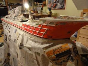 die Osa Goliath in Zeitung - das Überwasserschiff wird mit Airbrush lackiert.