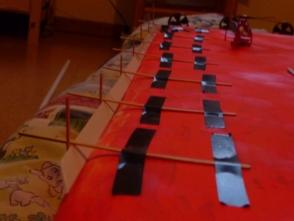 Kaffeerührstäbchen aus der Gaststätte zur goldenen Möwe helfen bei der Montage der Schlingerkiele - sie werden noch öfter Verwendung finden