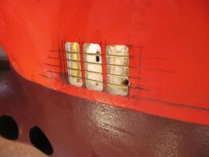 Die Wasserauslässe für die vier Lenzpumpen werden ausgefräst und vergittert.