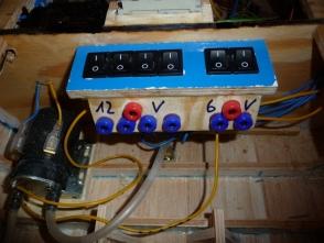 jeder Akku bekommt einen eigenen Schalter sowie Ladeanschluss. Links unten ist die Löschwasserpumpe zu sehen.