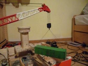 der erste Hilfskran versucht sich probeweise an einem 40 Fuß Container. Um die Hubleistung zu erhöhen werde ich die Hilfskräne komplett anders neu konstruieren.
