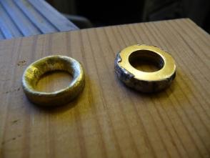 die Ankerklüsen entstanden mangels Drehbank aus jeweils drei aufeinander gelöteten 10 mm Messing Unterlegscheiben, welche anschließend intensiv mit einem Bohrer bearbeitet wurden.