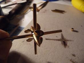 die funktionslosen Bugstrahlruder sind gelötet, brauchen aber noch die richtigen Propeller