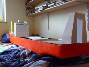 bis ein geeigneter Ständer gebaut ist, muss das Schiff im Bett Platz finden, inzwischen ist auch das A-Frame entstanden