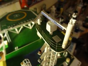 auf der Mastplattform haben zwei Radargeräte und mein erster Relingslötversuch Platz gefunden.