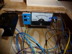 um die Akkuspannungen schnell überprüfen zu können wurde ein kleines Messgerät installiert