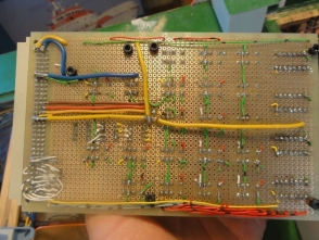 diesen habe ich zusammen mit einem Spannungsregler und alles Relais herausnehmbar auf einer Lochrasterplatine aufgebaut