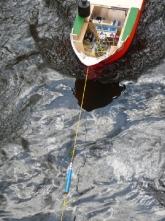 im Rahmen des Jugend-Forscht -Wettbewerbes zu Strömungsversuchen in der Erpe. Der Federkraftmesser bestimmt den Strömungswiederstand