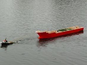 Erster Schwimmversuch mithilfe der Büffel am Wuhlestausee. Das einzige Wasser im Schiff kam von oben
