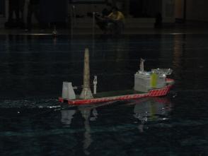 mit den hinteren Maschinen auf Voll-Voraus durchs Schwimmbad